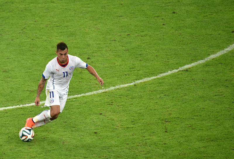 Chile's forward Eduardo Vargas controls the ball during the Group B football match between Spain and Chile in the Maracana Stadium in Rio de Janeiro during the 2014 FIFA World Cup on June 18, 2014