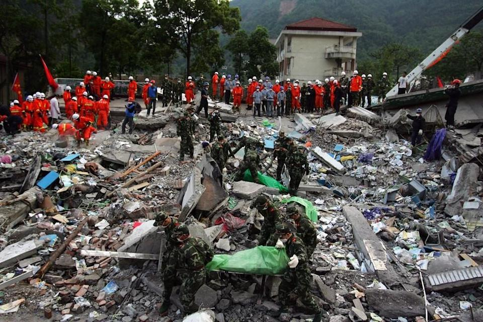 Chinese military soldiers remove corpses as they aid in the rescue effort after the 2008 quake. Photo: Getty