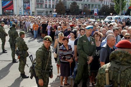 People wait in line to pay their last respects to Prime Minister of the self-proclaimed Donetsk People's Republic Alexander Zakharchenko in Donetsk, Ukraine, September 2, 2018. REUTERS/Alexander Ermochenko