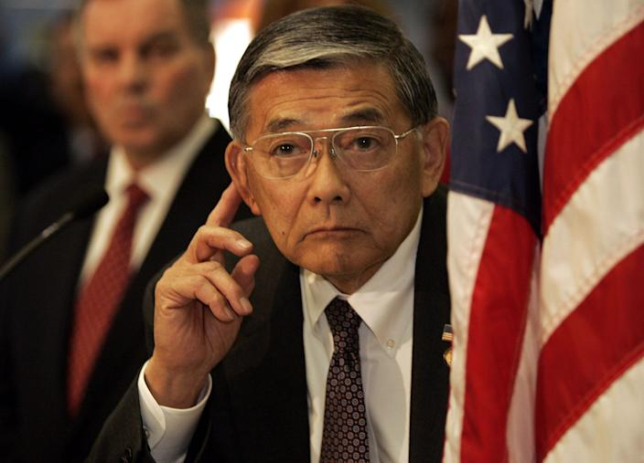 Norman Mineta listens to questions during a news conference in Chicago when transportation secretary in 2015.