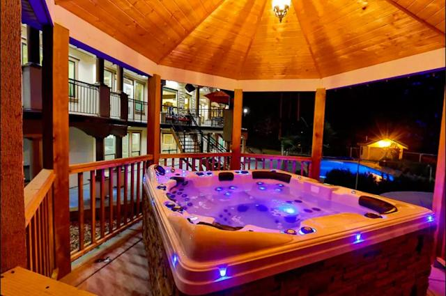 <p>It wouldn't be the true mansion experience without an outdoor hot tub, complete with LED ights. (Airbnb) </p>