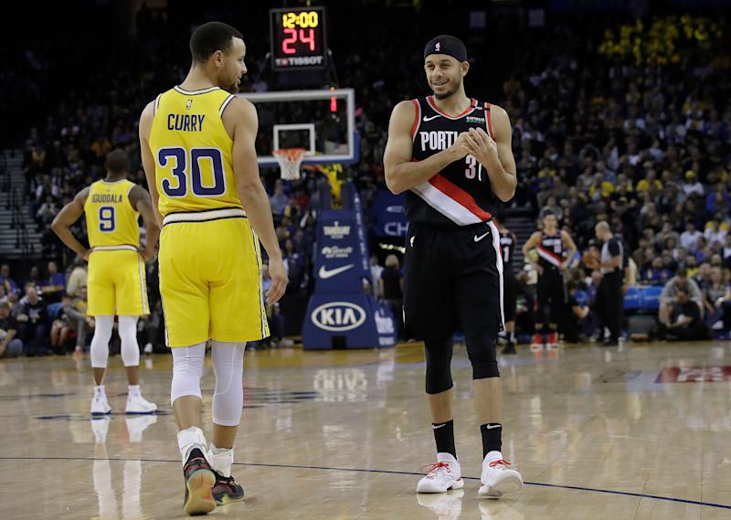 21643341e723 Golden State Warriors guard Stephen Curry (30) talks with his brother