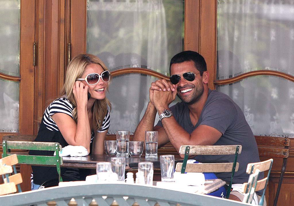 "Kelly Ripa and her husband Mark Consuelos dine al fresco at Pastis in New York's trendy Meatpacking District. Tom Meinelt/<a href=""http://www.splashnewsonline.com"" target=""new"">Splash News</a> - July 1, 2008"