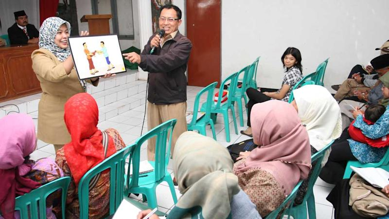 Staff from the district health office in Lembang, Indonesia, educate villagers on how to avoid, detect, and report Avian Influenza (H5N1) in 2012. Experts say women are overlooked during disease outbreaks, in both education and the impacts to their health and livelihoods. Image Credit: USAID/Flickr