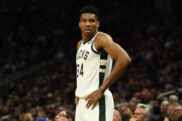 Giannis Antetokounmpo em partida do Milwaukee Bucks. (Foto: Stacy Revere/Getty Images)
