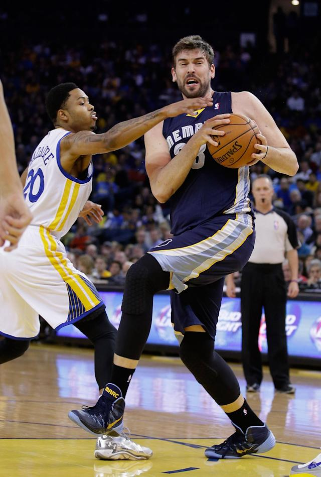 OAKLAND, CA - NOVEMBER 20: Marc Gasol #33 of the Memphis Grizzlies drives on Kent Bazemore #20 of the Golden State Warriors at ORACLE Arena on November 20, 2013 in Oakland, California. (Photo by Ezra Shaw/Getty Images)