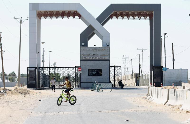A Palestinian security officer sits near the gate under Palestinian control at the Rafah border crossing with Egypt in the southern Gaza Strip, October 25, 2014 (AFP Photo/Said Khatib)