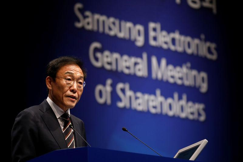 Kim Ki-nam, president and co-chief executive officer of Samsung Electronics Co.¡¯s semiconductor division, speaks during the company's annual general meeting at a company's office building in Seoul