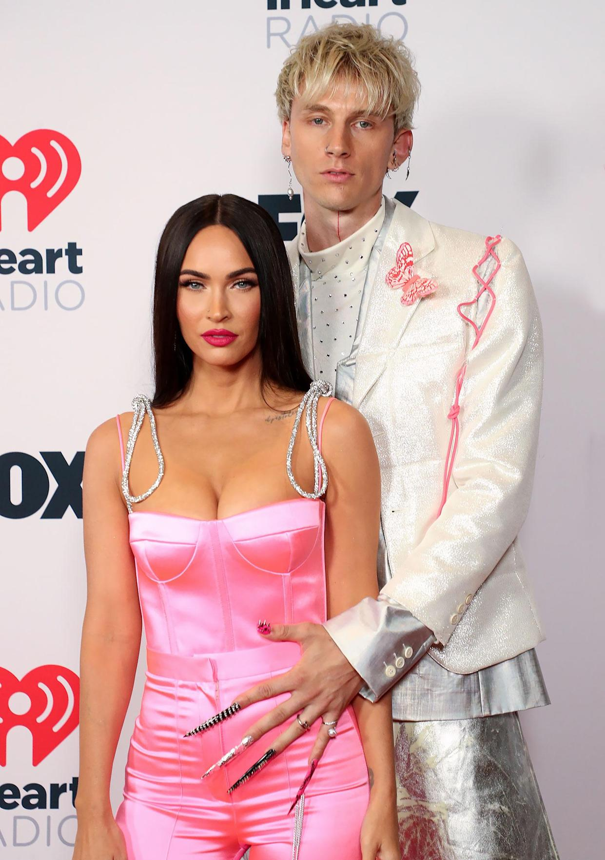 Machine Gun Kelly & # x002019;  s insanely long and studded acrylic nails have broken the internet