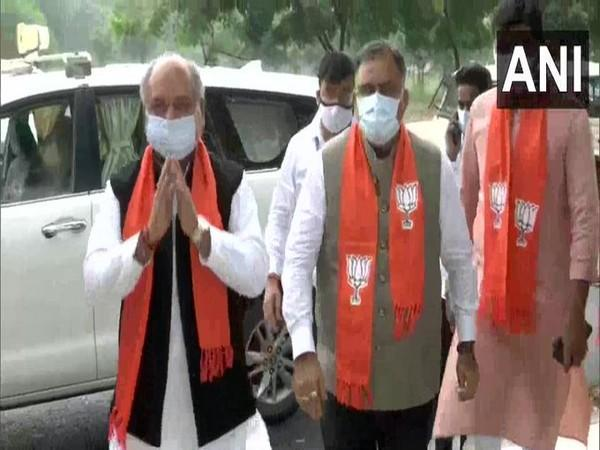 Union Minister Narendra Singh Tomar and BJP National General Secretary Tarun Chugh outside state BJP chief CR Paatil's residence in Gandhinagar. (Photo/ANI)