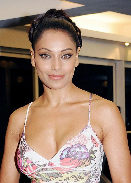<b>3.	Bipasha Basu</b><br>Hot body, smoky eyes and the mesmerizing dimpled smile, makes her B-town's original diva. This dimpled beauty has been entertaining the film industry for more than a decade and we are still not fed up with her smile!
