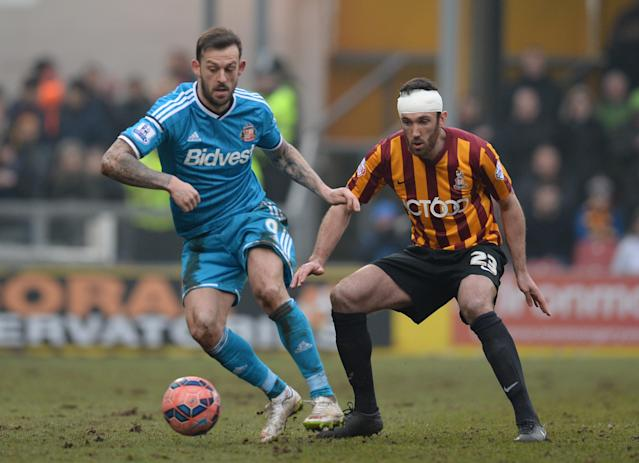 Bradford City's defender Rory Mcardle (R) vies with Sunderland's striker Steven Fletcher during their FA Cup match at The Coral Windows Stadium in Bradford on February 15, 2015 (AFP Photo/Oli Scarff)