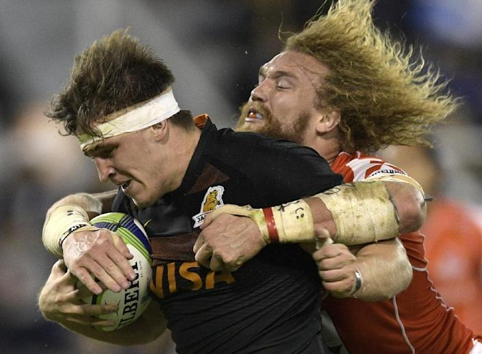 Argentina's Jaguares flanker Tomas Lezana (L) is tackled by Japan's Sunwolves No. 8 Willie Britz during their Super Rugby match, at Jose Amalfitani stadium in Buenos Aires, on May 6, 2017 (AFP Photo/Juan Mabromata)