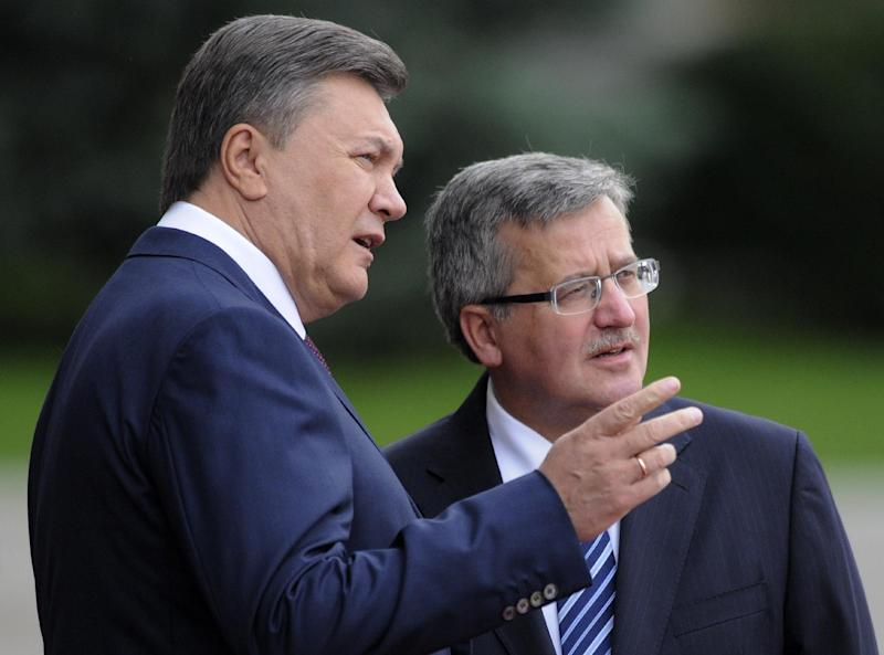 Ukraine's President Viktor Yanukovych, left, and Polish counterpart Bronislaw Komorowski are seen during an official meeting ceremony in front of the Presidential office in Kiev, Ukraine, Thursday, Sept. 20, 2012. (AP Photo/Sergei Chuzavkov)