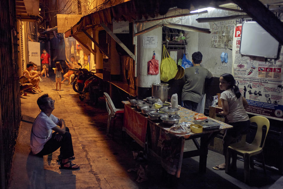 MANILA, PHILIPPINES - SEPTEMBER 16: Workers and employees continue to do their trade on the streets of Manila's Chinatown as government allows on September 16, 2021 in Manila, Philippines. The Philippines capital is yet again placed under a strict lockdown after a continued spike in Covid-19 cases, but allowing a small percent of customers for dine-ins to restaurants and select establishments . A new lockdown qualification level of 4 out of 5 will put 13.5 million people in Metro Manila in what the government calls a