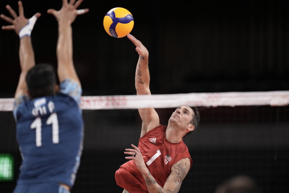 Matthew Anderson, of the United States, spikes a ball against Argentina's Sebastian Sole, during a men's volleyball preliminary round pool B match, at the 2020 Summer Olympics, Monday, Aug. 2, 2021, in Tokyo, Japan. (AP Photo/Manu Fernandez)