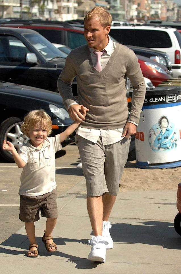 "Brian takes a break from shooting to spend some quality time with his son. Toby Canham/<a href=""http://www.splashnewsonline.com/"" target=""new"">Splash News</a> - August 16, 2007"