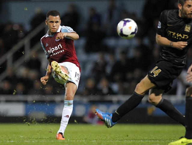 West Ham United's English midfielder Ravel Morrison (L) has a shot at goal during an English Premier League football match between West Ham United and Manchester City at Upton Park in London, on October 19, 2013 (AFP Photo/Ian Kington)