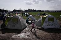 More than 7,000 people are stranded at a makeshift refugee and migrant camp at the Greek-Macedonian border near the Greek village of Idomeni (AFP Photo/Louisa Gouliamaki)