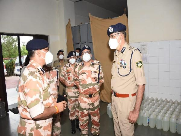 Director General of ITBP, Sanjay Arora with army perssonel in Covid Centre (Photo/ANI)