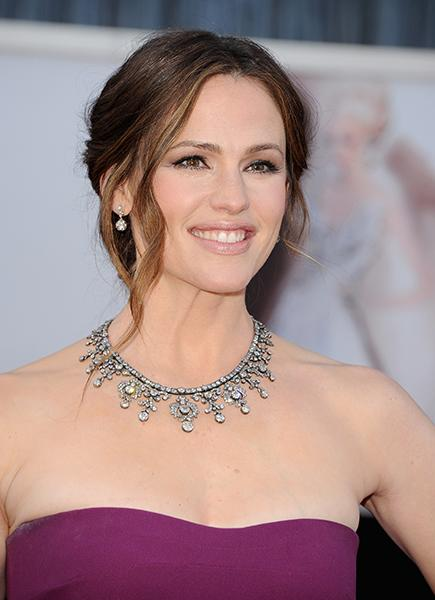 Jennifer Garner - Mrs. Ben Affleck chose breathtaking jewels from PLATINUM jewelry by Neil Lane. Her entire jewelry look--necklace, earrings, and a bracelet--are worth $2.5 million. The platinum and diamond necklace itself boasts an impressive 200 carats--no big deal.<br /><br />