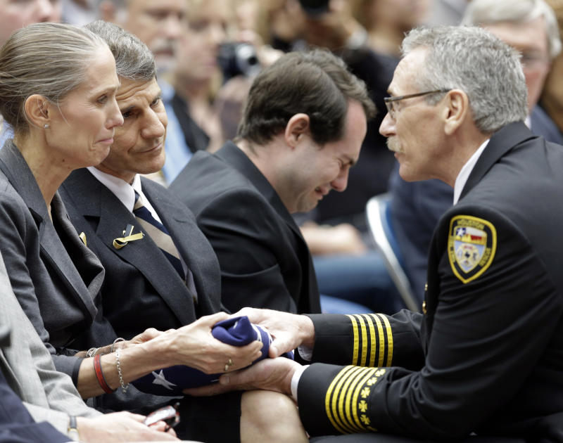 Texas firefighters honored by thousands