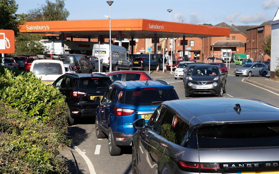 Drivers queue for petrol at a forecourt in Tonbridge, Kent, United Kingdom, after other petrol stations in the town ran out of fuel - Stephen Lock / i-Images