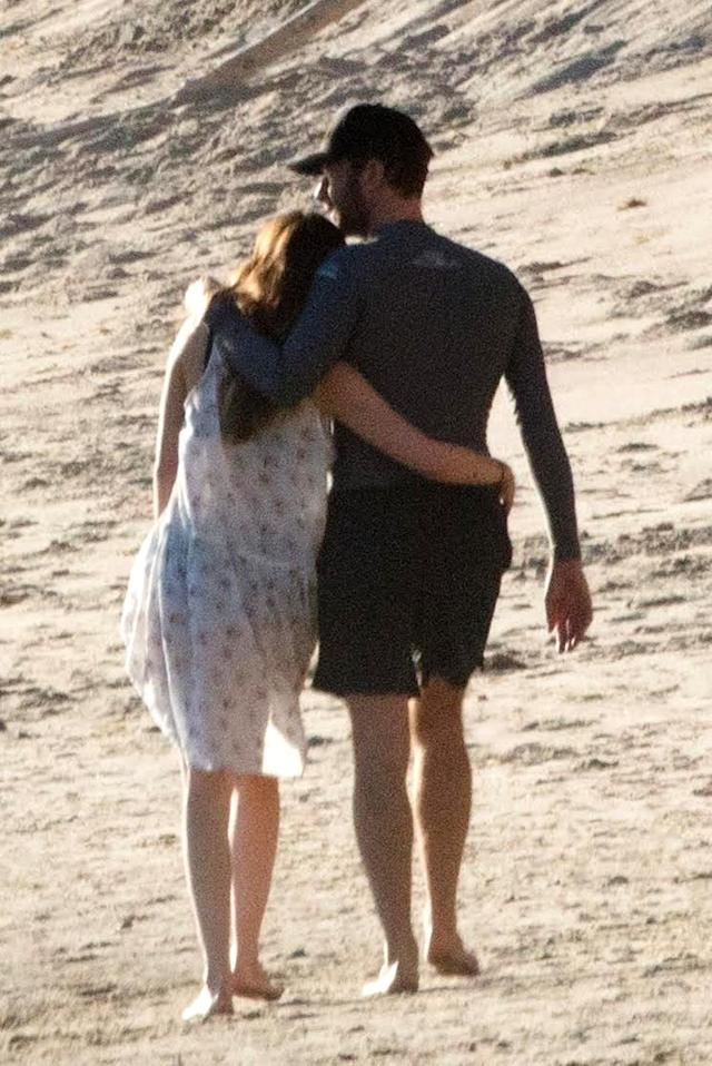 Chris Martin and Dakota Johnson take a romantic stroll in Malibu. (Photo: BACKGRID)