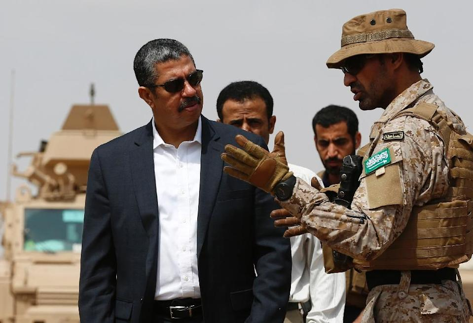 A member of the Saudi forces speaks to Yemeni Prime Minister Khaled Bahah during his visit to the Saudi-led coalition military base in the southern embattled Yemeni city of Aden on September 28, 2015 (AFP Photo/Ahmed Farwan)