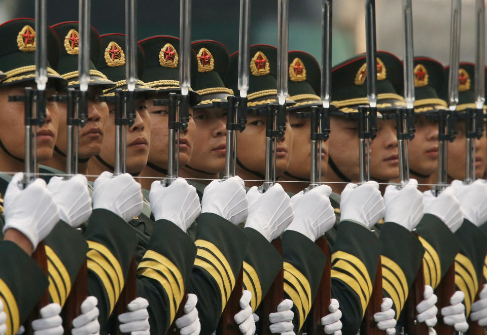 Members of the honour guard use a string to ensure that they are standing in a straight line, ahead of a welcoming ceremony for Australia's Governor-General Quentin Bryce, hosted by Chinese President Xi Jinping outside the Great Hall of the People in Beijing, October 17, 2013.  REUTERS/Kim Kyung-Hoon (CHINA - Tags: POLITICS MILITARY TPX IMAGES OF THE DAY)