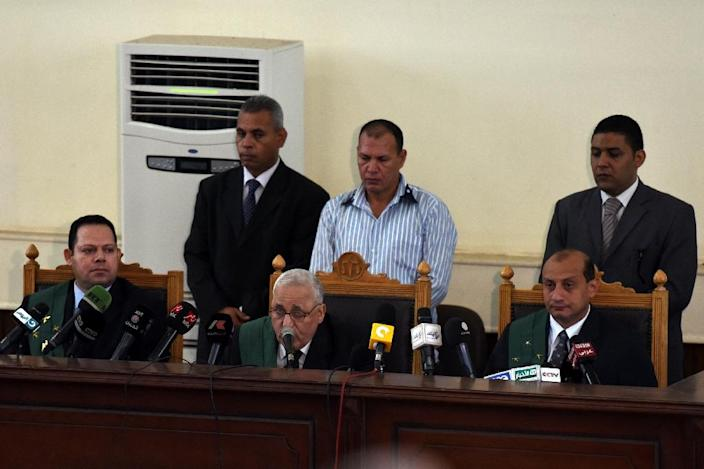 The judge reads out the verdict during the trial of Egyptian Muslim Brotherhood leader Mohamed Badie and other members in Cairo on August 22, 2015 (AFP Photo/Mohamed el-Shahed)