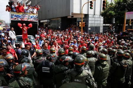 Supporters of Venezuela's President Nicolas Maduro shout slogans as they gather outside the National Assembly building during a session in Caracas, Venezuela October 27, 2016. REUTERS/Carlos Garcia Rawlins