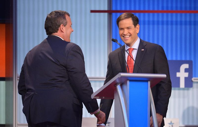 New Jersey Governor Chris Christie (L) speaks with Florida Senator Marco Rubio during a break in the Republican presidential primary debate on August 6, 2015 in Cleveland, Ohio (AFP Photo/Mandel Ngan)