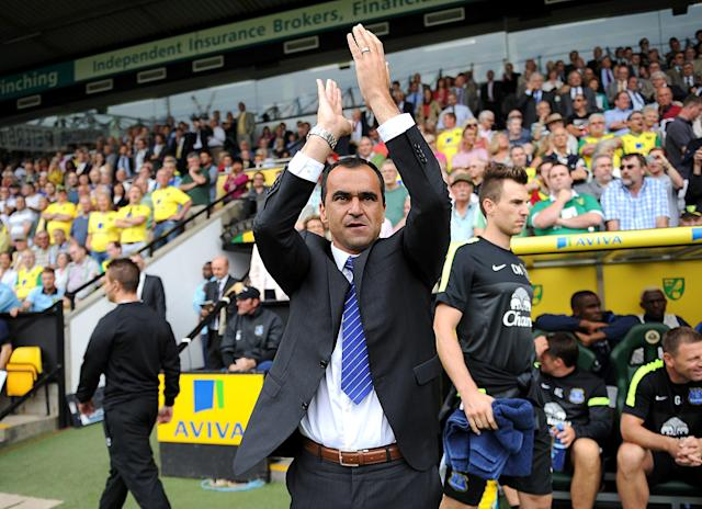 Everton manager Roberto Martinez appluads the away fans as he walks out on to the pitch before kick-off