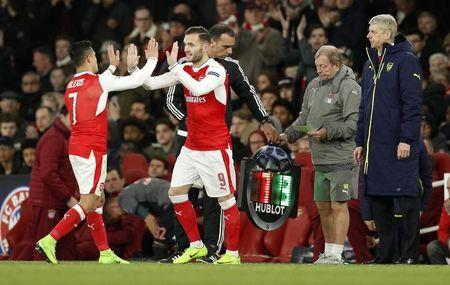 Britain Football Soccer - Arsenal v Bayern Munich - UEFA Champions League Round of 16 Second Leg - Emirates Stadium, London, England - 7/3/17 Arsenal's Lucas Perez comes on as a substitute to replace Alexis Sanchez as manager Arsene Wenger looks on  Action Images via Reuters / John Sibley Livepic