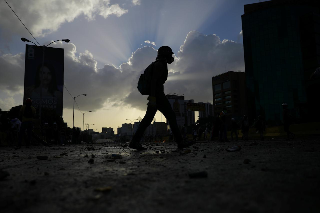 A demonstrator walks over an occupied section of Caracas' main highway during a rally against Venezuela's President Nicolas Maduro in Caracas, Venezuela, May 26, 2017.  REUTERS/Carlos Barria     TPX IMAGES OF THE DAY
