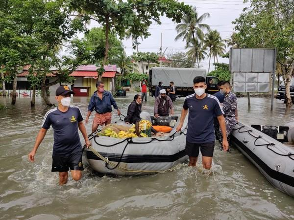 Indian Navy carries out rescue operation in Kochi (Photo/ANI)