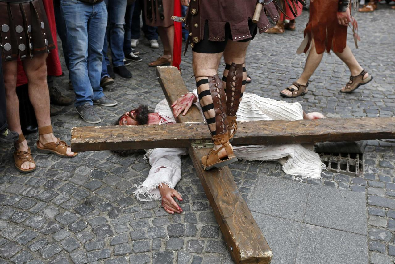 """Actors take part in a re-enactment of the """"Via Crucis"""" (Way of the Cross), which commemorates the crucifixion of Jesus Christ, during the Orthodox Holy Week celebrations in Bucharest April 15, 2014. Romania's Christian Orthodox majority will celebrate Easter on April 20 together with Catholic believers. REUTERS/Bogdan Cristel (ROMANIA - Tags: RELIGION SOCIETY)"""
