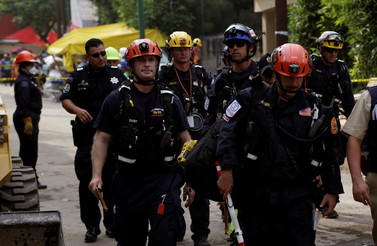 Members of a U.S. rescue team arrive during a search for students at the Enrique Rebsamen school after an earthquake in Mexico City, Mexico September 21, 2017. REUTERS/Jose Luis Gonzalez
