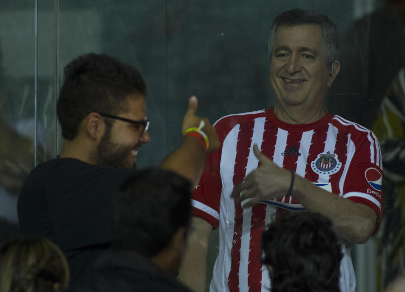 LEON, MEXICO - NOVEMBER 04: Jorge Vergara owner of Chivas talks in the suites during the Final match between Leon and Chivas as part of the Copa MX Apertura 2015 at Leon Stadium on November 03, 2015 in Leon, Mexico. (Photo by Leopoldo Smith/LatinContent via Getty Images)