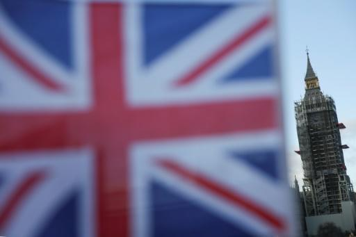 Britische Flagge vor dem Big Ben in London