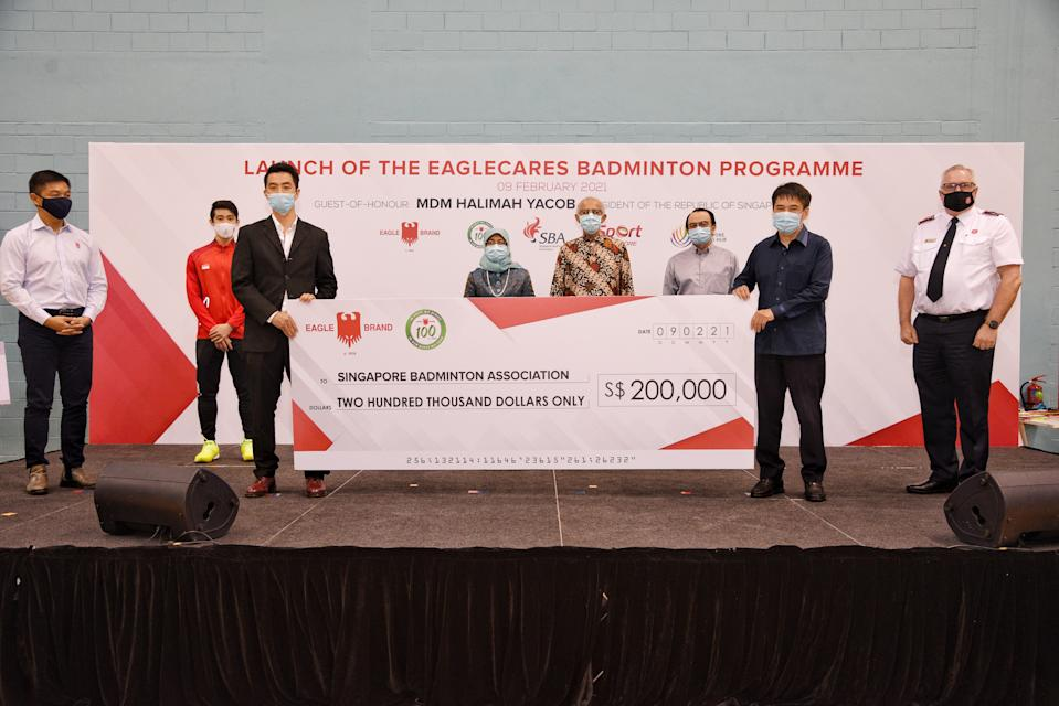 Singapore Badminton Association receives the $200,000 cheque from Border Eagle Group at the launch of the EagleCares Badminton Programme. (PHOTO: Singapore Badminton Association)
