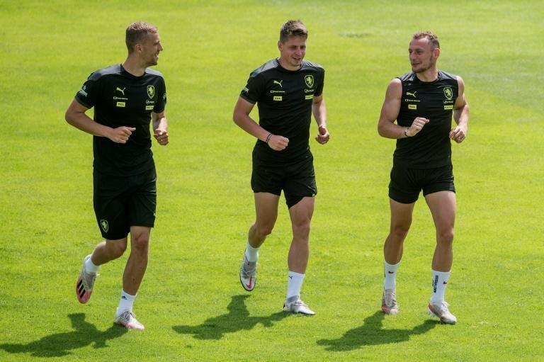 West Ham team-mates Tomas Soucek (L) and Vladimir Coufal (R) take part in a Czech training session