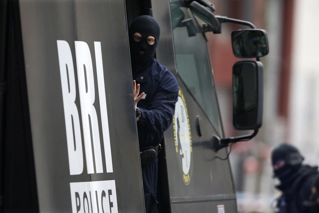 Members of French special police forces of Research and Intervention Brigade (BRI) are seen at the scene of a shooting in the street of Montrouge near Paris January 8, 2015. A policewoman was killed in a shootout in southern Paris on Thursday, triggering searches in the area as the manhunt widened for two brothers suspected of killing 12 people at a satirical magazine in an apparent Islamist militant strike. Police sources could not immediately confirm a link with the killings at Charlie Hebdo weekly newspaper which marked the worst attack on French soil for decades and which national leaders and allied states described as an assault on democracy. REUTERS/Charles Platiau (FRANCE - Tags: MILITARY CRIME LAW) CIVIL UNREST)