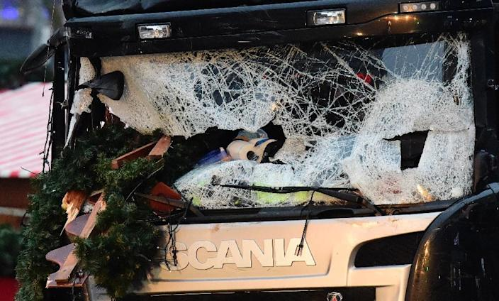 The broken windscreen of the lorry that crashed into the Christmas market in Berlin (AFP Photo/Tobias Schwarz)