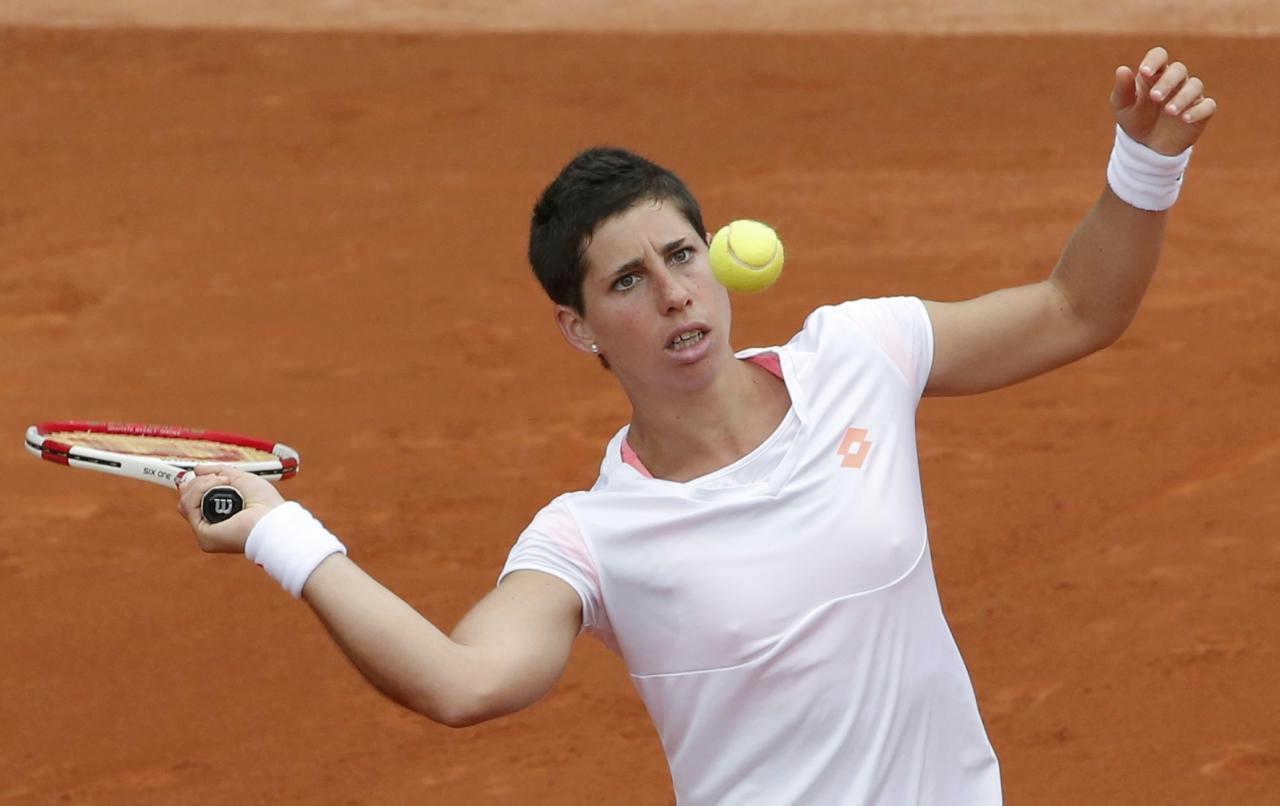 Carla Suarez Navarro of Spain prepares to hit a return to Taylor Townsend of the U.S during their women's singles match at the French Open tennis tournament at the Roland Garros stadium in Paris May 30, 2014. REUTERS/Jean-Paul Pelissier (FRANCE - Tags: SPORT TENNIS)