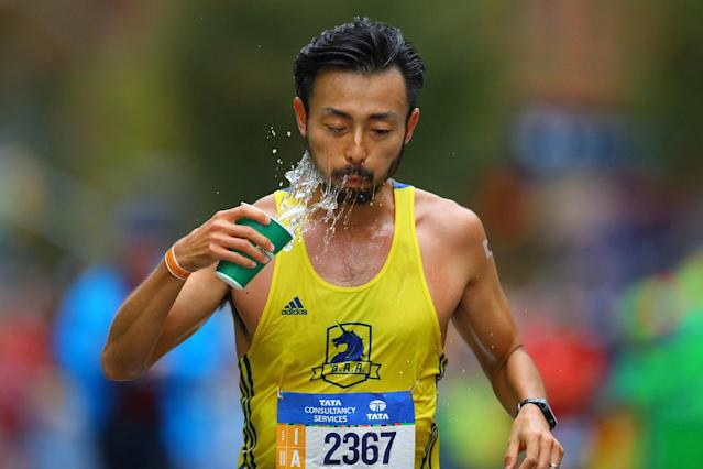 <p>A runner douses himself with water during the 2017 New York City Marathon, Nov. 5, 2017. (Photo: Gordon Donovan/Yahoo News) </p>