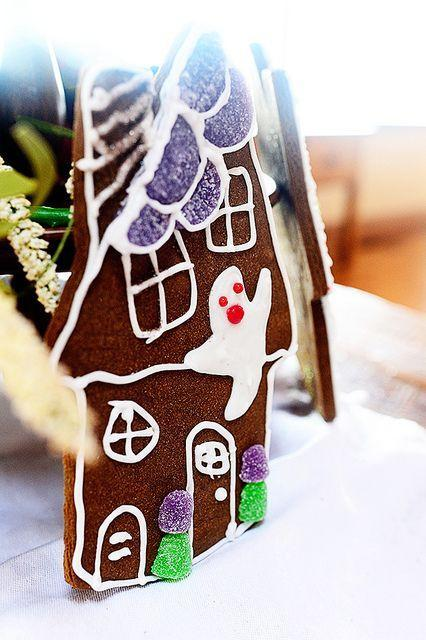 """<p>These cuties take their cue from gingerbread cookies. They're just, you know, Halloween-ified.</p><p><strong><a href=""""https://thepioneerwoman.com/cooking/haunted-house-cookies/"""" rel=""""nofollow noopener"""" target=""""_blank"""" data-ylk=""""slk:Get the recipe"""" class=""""link rapid-noclick-resp"""">Get the recipe</a>.</strong></p><p><strong><a class=""""link rapid-noclick-resp"""" href=""""https://go.redirectingat.com?id=74968X1596630&url=https%3A%2F%2Fwww.walmart.com%2Fip%2FThe-Pioneer-Woman-Vintage-Floral-14-5-Inch-Serving-Platter%2F147105294&sref=https%3A%2F%2Fwww.thepioneerwoman.com%2Ffood-cooking%2Fmeals-menus%2Fg32110899%2Fbest-halloween-desserts%2F"""" rel=""""nofollow noopener"""" target=""""_blank"""" data-ylk=""""slk:SHOP PLATTERS"""">SHOP PLATTERS</a><br></strong></p>"""