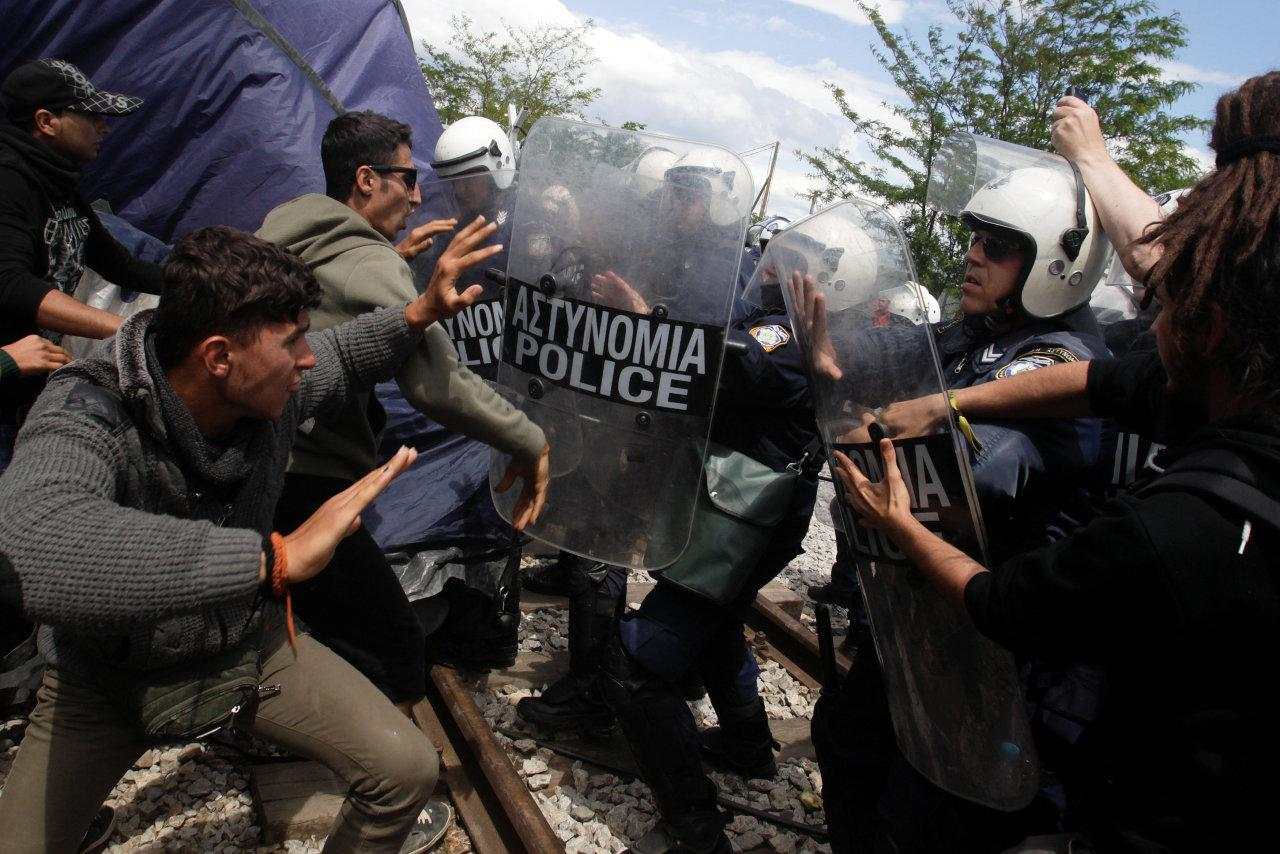 Protesting refugees and migrants are pushed back by Greek police during a protest at a makeshift camp at the Greek-Macedonian border near the village of Idomeni, Greece, May 5, 2016. (Alexandros Avramidis/REUTERS)