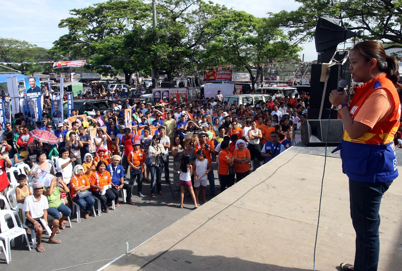 Senatorial candidates of the United Nationalist Alliance (UNA) start their Central Luzon leg Wednesday (Feb. 20, 2013) by holding a motorcade around Angeles City, San Fernando City, Magalang and Mabalacat towns in Pampanga. Joining the UNA contingent in Pampanga are UNA bets Nancy Binay, Tingting Cojuangco, JV Ejercito Estrada, Dick Gordon, Ernesto Maceda, Mitos Magsaysay and Migz Zubiri. (Photo from UNA)